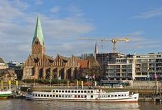 布里曼,德国- 2017年11月23日, -在她的停泊的客轮Oceana在圣马蒂尼鸡尾酒教会前面 免版税库存照片