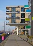 布里曼,德国- 2017年11月25日, -在广场上的现代居民住房Ãœberseestadt的欧罗巴港口的 库存图片