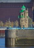 布里曼,德国- 2017年11月6日, -在海港入口的灯塔在与巨大的历史的存贮藏库的一个石码头在Th 库存图片