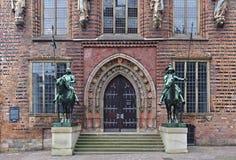 布里曼,德国- 2017年11月7日, -对历史的市政厅的侧门有登上的骑士两个金属雕象的  库存图片