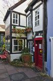 布里曼,德国- 2017年11月23日, -有红色门的白色木构架的城内住宅在历史的Schnoor区 库存照片
