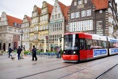 布里曼,德国- 2016年3月23日:调整路过集市广场的历史的房子 免版税库存图片