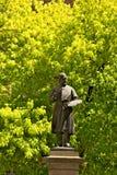 布雷拉美术学院在米兰 在bui之外被安置的古铜色雕象 库存图片