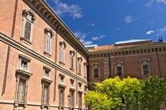布雷拉美术学院在米兰 在bui之外被安置的古铜色雕象 免版税库存照片