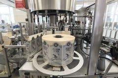 布雷斯特槽坊 适用于的标签一个机器瓶 库存照片