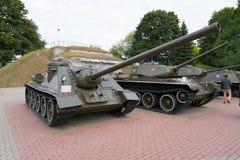 布雷斯特,白俄罗斯- 2016年9月25日:SU-100苏联自走炮兵部队类反坦克装甲车在布雷斯特堡垒 图库摄影