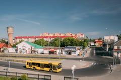 布雷斯特,白俄罗斯 黄色公开公共汽车在公共汽车站靠近布雷斯特中央 免版税库存照片