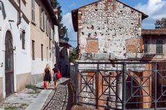 布雷西亚一条小街道有罗马历史废墟的Bresc 库存照片