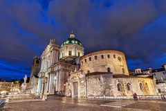 布雷西亚老和新的大教堂在晚上 图库摄影
