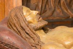 布雷西亚,意大利, 2016年:死亡耶稣细节从雕刻的小组怨言的与圣母怜子图 免版税库存照片