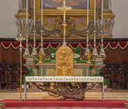 布雷西亚,意大利- 2016年5月22日:现代法坛桌和sedes在中央寺院Nuovo教会里卢西亚诺Minguzzi 1984年 免版税库存照片