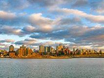 布鲁克林和East河在日落,看从历史的码头17 免版税库存照片