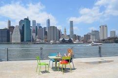布鲁克林大桥公园的女孩 免版税库存照片