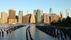 从布鲁克林大桥公园的曼哈顿财政区地平线 股票视频