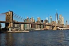 布鲁克林大桥和曼哈顿下城地平线看法  免版税库存照片