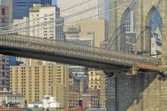 布鲁克林大桥和曼哈顿在背景,纽约, NY中 免版税库存图片