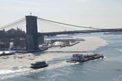 布鲁克林大桥和曼哈顿地平线在冬天, NYC 库存图片