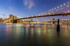 布鲁克林大桥和曼哈顿桥梁在晚上 免版税库存图片