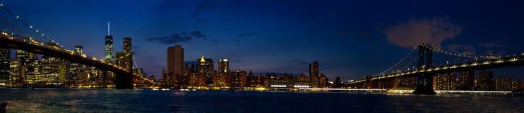 以布鲁克林大桥和曼哈顿桥梁duri为特色的全景 图库摄影