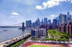 布鲁克林大桥和纽约地平线白天 库存照片