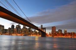 布鲁克林大桥和更低的曼哈顿在晚上- 免版税库存照片