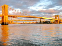 布鲁克林大桥和East河在日落,看从历史的饼 库存照片