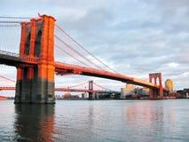 布鲁克林大桥和East河在日落,看从历史的饼 免版税图库摄影