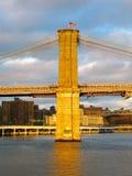 布鲁克林大桥和East河在日落,看从码头17 库存图片