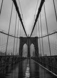 布鲁克林大桥在一多云和有雾的天 库存照片
