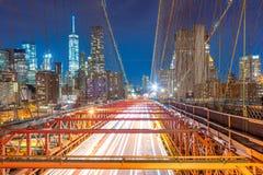 布鲁克林大桥在与汽车通行的晚上 库存图片