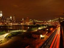 布鲁克林大桥在从布鲁克林高度的晚上之前 库存图片
