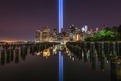 布鲁克林大桥在光反射的码头进贡 免版税库存图片