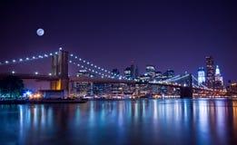 布鲁克林大桥在晚上 库存照片