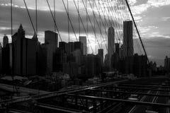 布鲁克林大桥日落的纽约曼哈顿摩天大楼 免版税库存照片