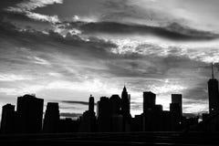 布鲁克林大桥日落的纽约曼哈顿摩天大楼 库存照片