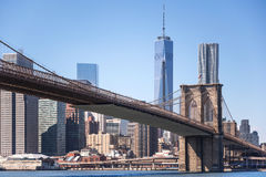 布鲁克林大桥有世界贸易中心一号大楼背景,纽约 免版税库存照片