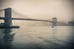 布鲁克林大桥有雾的晚上 免版税库存照片