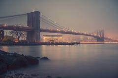 布鲁克林大桥有雾的晚上 库存图片