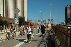 布鲁克林大桥步行者和骑自行车者纽约 免版税图库摄影