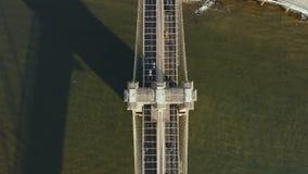 布鲁克林大桥的顶面鸟瞰图通过East河 乘坐到曼哈顿的汽车在纽约,美国 影视素材