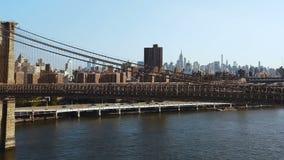 布鲁克林大桥的鸟瞰图通过在曼哈顿,纽约的East河 飞行在交通路的寄生虫 股票录像