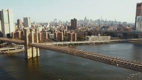 布鲁克林大桥的鸟瞰图,曼哈顿地区在纽约,美国 飞行在East河的寄生虫 股票视频