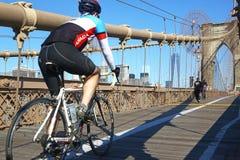 布鲁克林大桥的,纽约骑自行车者 库存照片