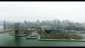 布鲁克林大桥空中射击和布鲁克林公园和哈得逊河有小船的对此 股票视频