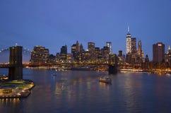 布鲁克林大桥纽约晚上和曼哈顿地平线 库存图片