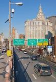 布鲁克林大桥车行道 免版税库存照片