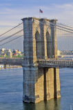 布鲁克林大桥,纽约, NY看法在East河的 库存照片