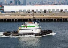 从布鲁克林的绿色和白色拖轮 免版税图库摄影