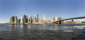从布鲁克林边看的曼哈顿地平线 免版税库存照片
