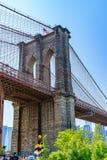 布鲁克林,纽约,美国- 2019年5月19日:横跨East河的布鲁克林大桥向低曼哈顿纽约 库存照片